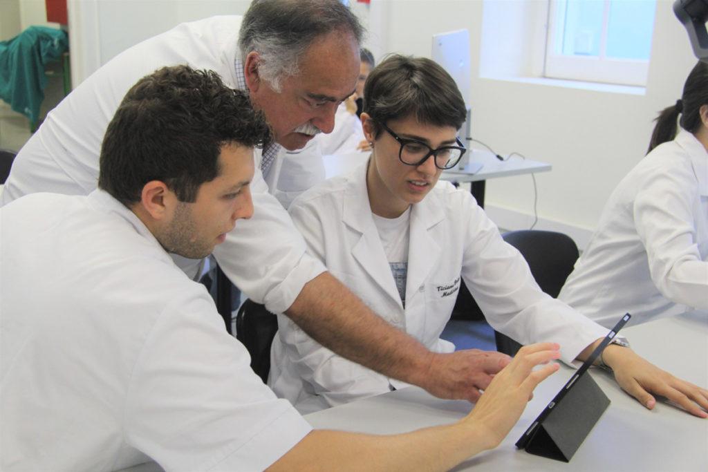 Alunos treinando com simulador de paciente virtual em um ipad