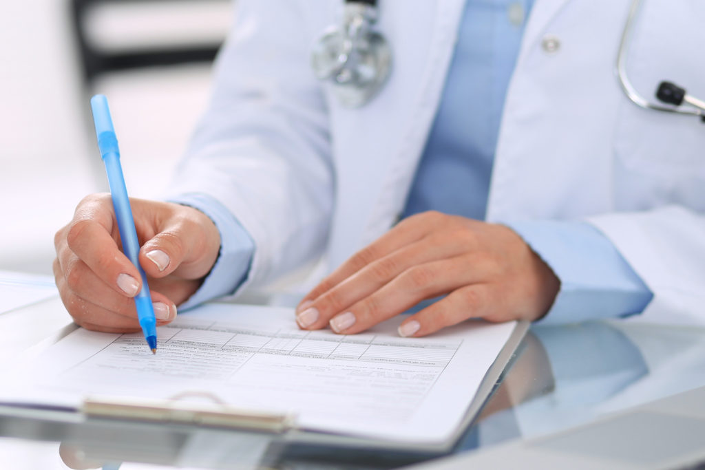 Médico realizando um checklist cirúrgico