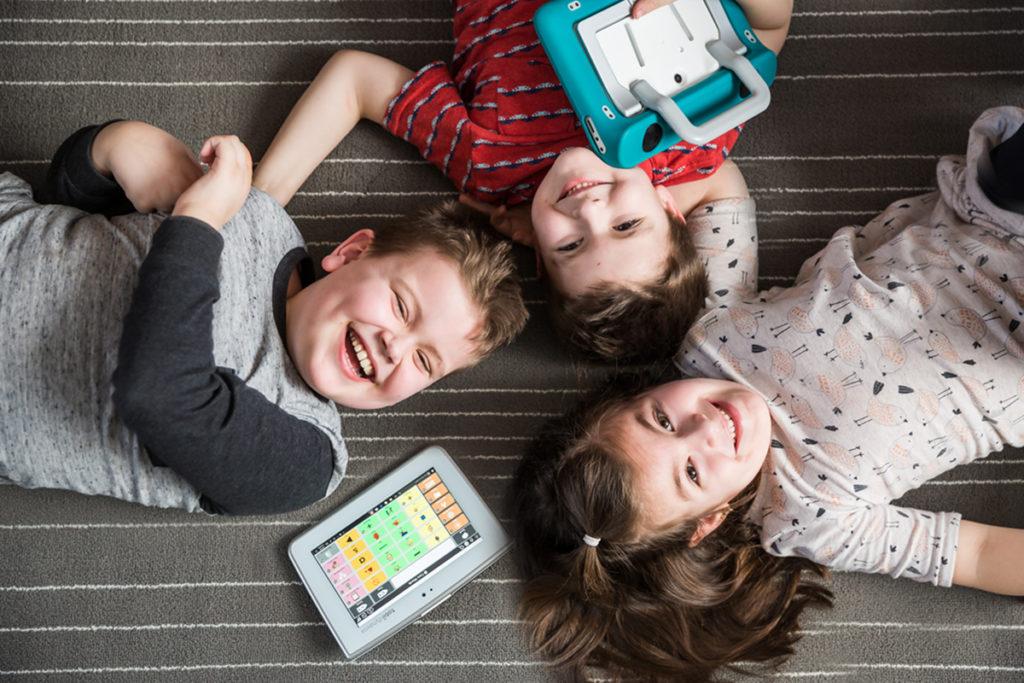 Crianças com tablet de CSA