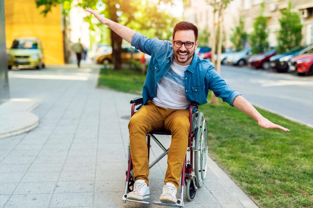 Rapaz em cadeira de rodas