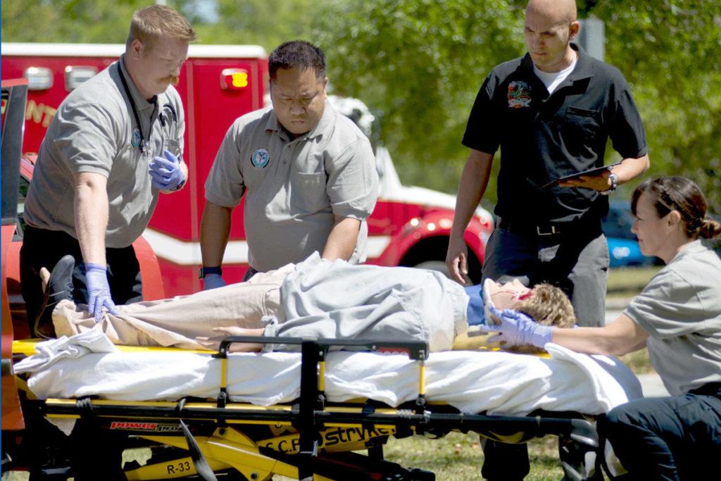 equipe de emergência meedica treinando com simulação
