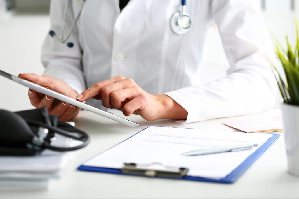 médico treinando com paciente virtual