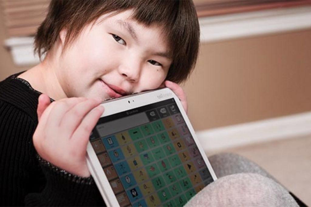 criança com ipad acessível