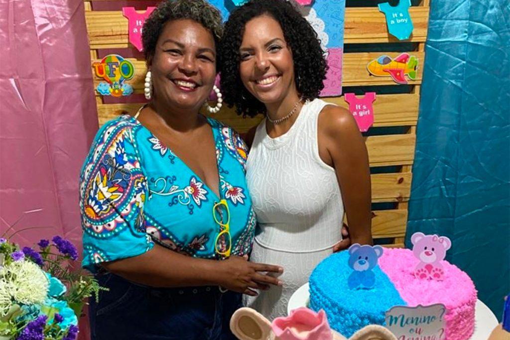 Nathalia Santos e sua mãe Claudia no chá de revelação do seu primeiro filho