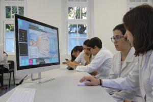 estudantes treinando com paciente virtual