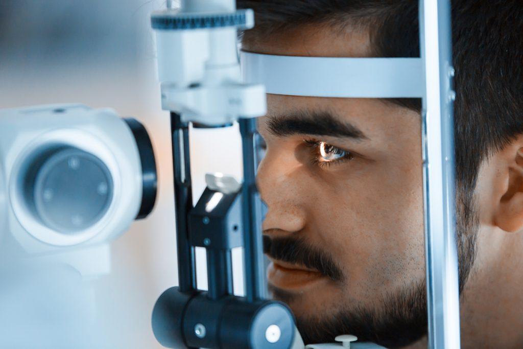 rapaz realizando exame glaucoma