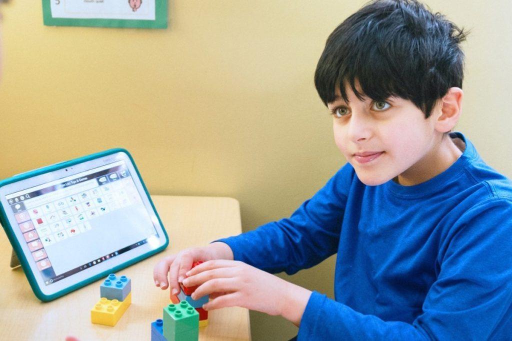 menino autista brincando com cubos
