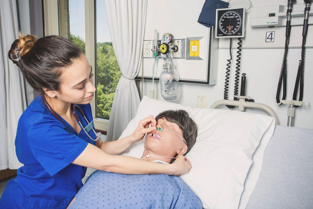 enfermeira treinando em simulador de paciente