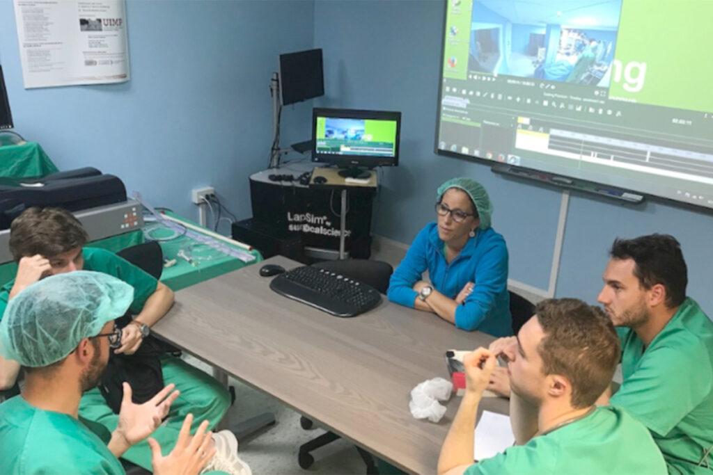 Equipe de médicos fazendo análise de vídeo de um treinamento
