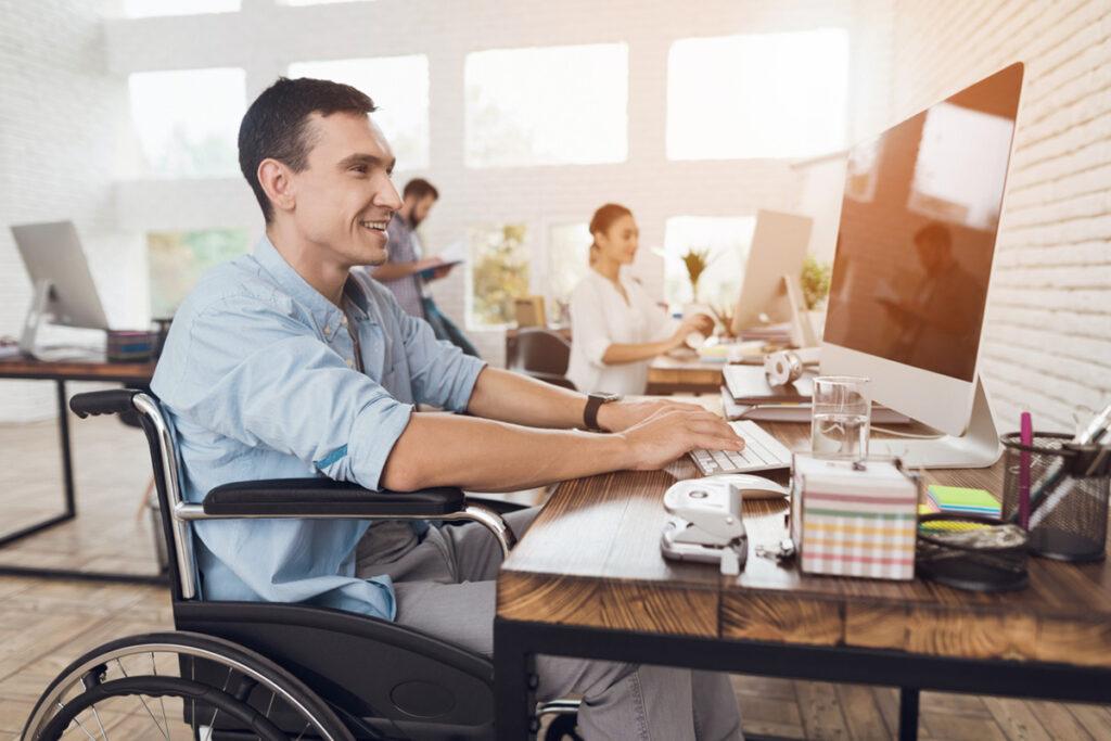 cadeirante trabalhando em um escritório