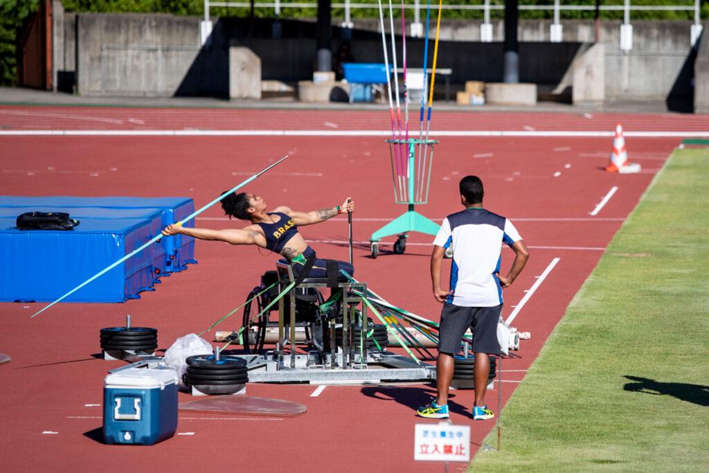 Atleta cadeirante treinando lançamento de dardo