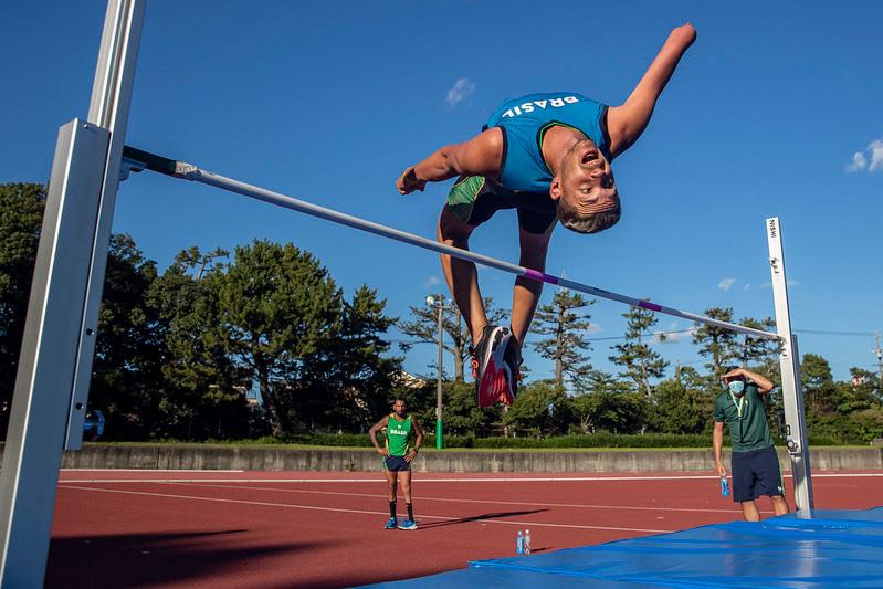Atleta treinando salto em altura para as paralimpíadas de Tóquio