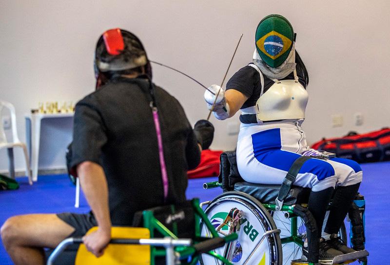 Monica da silva treinando para esgrima em cadeira de rodas
