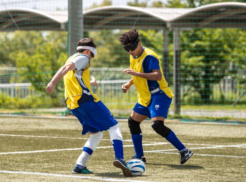 Ricardinho e Jardiel disputando bola em treino de futebol de cinco