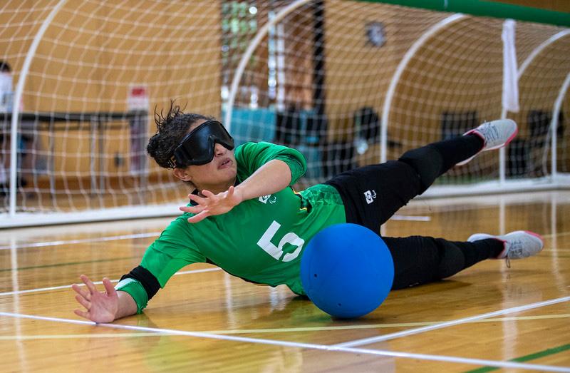Atleta de Goalball Moniza Lima, defendendo uma bola no gol.