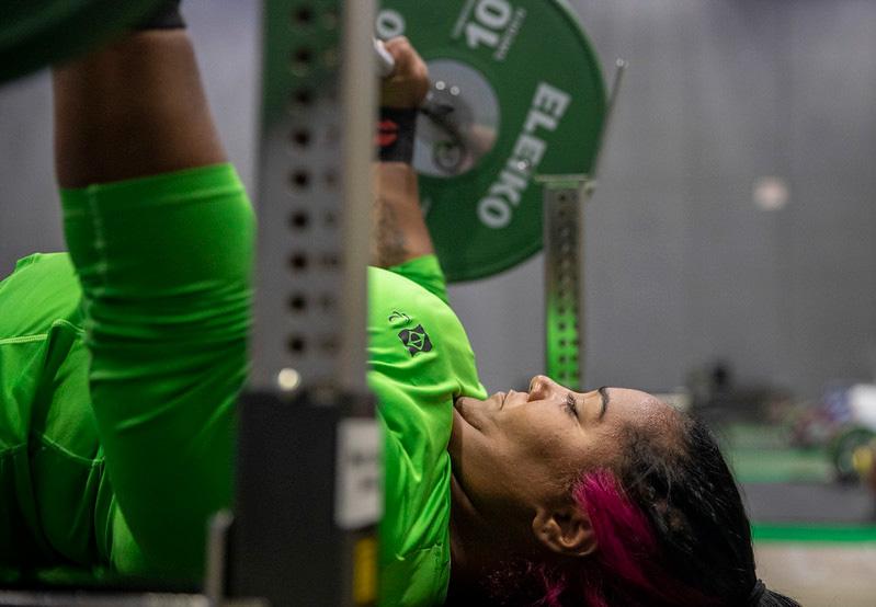 Tayana Medeiros levantando um peso para treinar para a paralimpiada de Tóquio