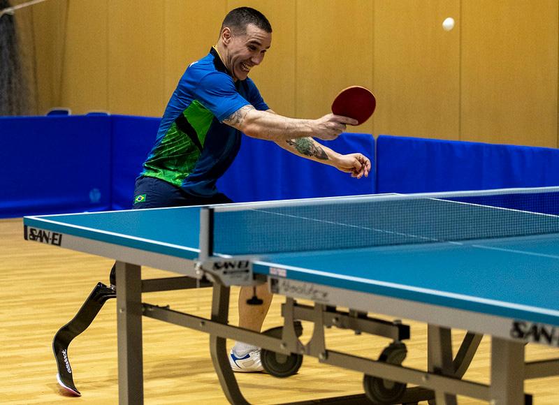 Treino de tênis de mesa com o atleta Paulo Salmin