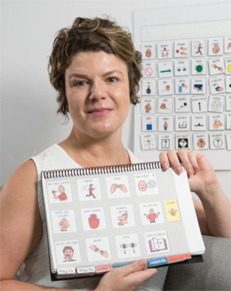 Foto de Ale Buosi segurando um caderno com figuras